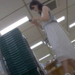 【盗撮動画】靴カメ撮り師のパンチラ投稿映像!白いロングスカートの清楚なお姉様のパンティを逆さ撮り!