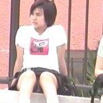 【盗撮動画】石段に腰かけた素人一般女性のギャルの股間!当然チラ見えしまくるパンチラ凝視www