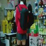 【盗撮動画】ドンキかな?中学生かな?店内で小枝のように細い美脚の美少女をパンチラ逆さ撮りwww