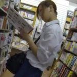 【盗撮動画】書店で可愛い制服女子高生を舐め回すようなアングルでパンチラまで撮影した映像!