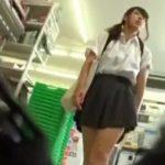 【盗撮動画】ファミマで待機していたパンチラ撮り師にい込んだパンティを撮られた激カワJK美少女!