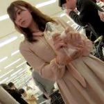 【盗撮動画】イイやつです!AE○Nでパンを買う姿に一目惚れした美人若妻のパンチラを逆さ撮り!