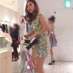 【盗撮動画】女性客の接客に夢中でノーガードな美人ショップ店員さんの股間からパンチラGETwww