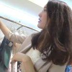 【盗撮動画】大人フェロモンダダ漏れな美人ショップ店員のお姉様のお色気パンチラを逆さ撮りwww