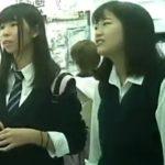 【盗撮動画】本物はダメです!いいのでしょうか?このクラスの制服女子校生のパンチラを撮影してもwww