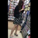 【盗撮動画】けっこうな美脚が侮れないメガネ美人お姉さんおパンチラをレンタル店で逆さ撮りしたwww