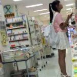 【盗撮動画】書店で危険パンチラ!小学生化も知れないポニーテール美少女の純白パンティを逆さ撮り!
