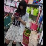 【盗撮動画】可愛らしいニーハイ美少女のパンティが見たくて逆さ撮りしたパンチラ映像を共有するwww