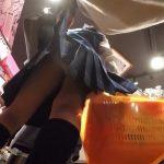 【盗撮動画】危険行為!店内で制服女子高生の女の子達のスカートを捲りパンチラを撮影しまくる!
