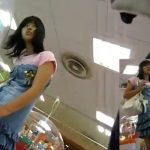 【盗撮動画】もしかして小学生化も!中学生くらいに見える私服美少女のパンチラを逆さ撮りした危険映像!