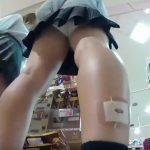 【盗撮動画】ふくらはぎの絆創膏が痛々しい激カワ美少女の純白パンティをパンチラ撮り師が逆さ撮りした!