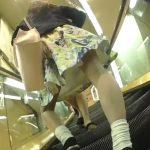 【盗撮動画】二人組のJDギャルを尾行してパンチラ攻略!ヒラヒラスカート内を逆さ撮りアングルで覗く!