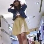 【盗撮動画】イイやつです!Mr.研修生!美人過ぎるショップ店員さんのマン毛が透けてる絶景パンチラ!