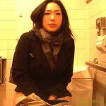 【盗撮動画】オシッコの我慢の限界を迎えた美人お姉さんが入室して用を足す貴重なシーンを収録www