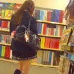 【盗撮動画】羽付きナプキンがお似合いの制服女子校生の純情乙女なパンチラを逆さ撮り激写www