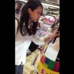 【盗撮動画】激カワ美少女の女子高生を逆さ撮りすると小さ目のお尻に喰い込むパンチラ攻略www