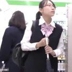 【盗撮動画】処女そうな清純メガネ美少女の制服JKを尾行してエスカレーターでパンチラ逆さ撮りwww