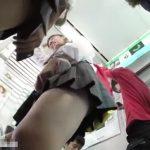 【盗撮動画】臨場感ヤバい!メッチャ美少女で美脚の制服女子校生二人組を追跡しながらパンチラ攻略!