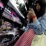 【盗撮動画】激カワギャルに話しかけたりパンティ撮りまくったりとヤリたい放題のパンチラ撮り師www
