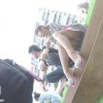 【盗撮動画】モリマン美少女を収録!彼氏さんとご一緒の可愛い女の子の股間からパンチラを凝視姦www