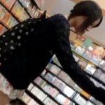 【盗撮動画】技術あってこそのパンチラ映像!スレンダー童顔美人さんのパンティを多角的に収録!!