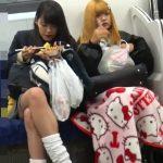 【盗撮動画】ダラシナイ制服女子校生のパンツが電車で見えなかったので尾行してパンチラ攻略www