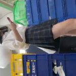 【盗撮動画】お母●ん食堂が大好評な某コンビニ店舗内で激カワ制服美少女のパンチラを逆さ撮り!!