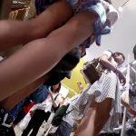 【盗撮動画】人でウジャウジャしてる店内でパンチラを乱獲する強心臓の撮り師が映像公開!!