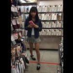 【盗撮動画】店内で清楚系の女子大生のお嬢さんに粘着してパンチラを隠し撮りした!!