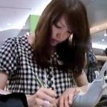 【隠撮動画】イイやつです!Mr.研修生!格の違いを見せる美貌のショップ店員をパンチラ大攻略!!