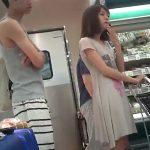 【盗撮動画】近所のスーパーでよく見かける美人若妻さんを逆さ撮りして極上パンチラをGETwww