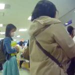 【盗撮動画】パンティ求めて店内徘徊!書店で素人お姉さんのミニスカ内を逆さ撮りした超リアル映像!!