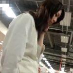 【盗撮動画】危険行為スカート捲りパンチラ!制服美少女の女子校生のパンティを強制捕獲してる!!