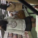 【HD盗撮動画】イイやつです!中学生化もしれない!童顔ロリ美少女の生パンチラ逆さ撮り!!