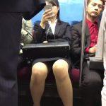 【盗撮動画】電車で対面のリクスー美人がスマホに夢中なので股間を堂々と凝視しまくったwww