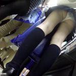 【観覧注意】バレたら即逮捕!!!店内人混みの中で制服美少女に危険なスカート捲りパンチラで隠し撮り!!