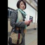 【HD盗撮動画】ショートヘアの清楚で知的なお姉さんを尾行して禁断のスカート捲りパンチラ!!
