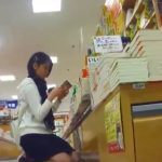 【盗撮動画】ショートヘア童顔ロリ美少女の純情パンチラを書店で逆さ撮りに成功したwww
