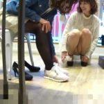 【盗撮動画】美人で可愛らしいショップ店員のお姉さんの股間からパンティを凝視姦しまくった映像!