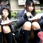 【HD盗撮動画】イイやつです!路肩に腰かけて買い食いしてるJC中学生の無防備パンチラ!!