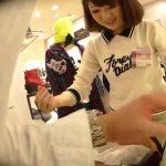【盗撮動画】バッチリ最高じゃん!!!逆さHEROがデニム生地のミニスカ美人ショップ店員のパンチラ激写!