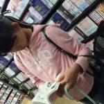 【HD盗撮動画】即削除!童顔ロリ美少女の色気に我慢できず店内でシコシコ精子ブッカケ!!