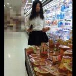【盗撮動画】スーパーで買い物してる制服女子校生に付き纏う様に豹柄パンチラを攻略www