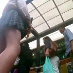 【盗撮動画】バス停で制服女子校生のモモ肉物色!お気に入りを見つけてパンチラ逆さ撮り!!