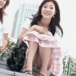 【盗撮動画】階段に腰かけた清楚系美人お姉さんの股間を直視すると絶好のパンチラGETwww