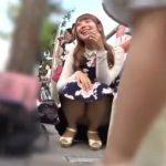【盗撮動画】しゃがみ込んだ激カワギャルの最高の笑顔と股間のパンチラを収録したぞ!!