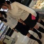 【盗撮動画】可愛らしい制服女子校生のパンチラを逆さ撮りすると発育状況がタマランwww