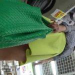 【盗撮動画】イイ女を見つけるとパンチラを逆さ撮り!無断撮影された美女のパンティが使い放題www