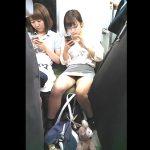 【HD盗撮動画】電車でお母さんと一緒の超絶美少女のタイトスカートの股間を凝視するwww