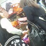 【盗撮動画】危険人物BOMAN!母親と買い物中の美少女のスカート内からパンチラ逆さ撮り!!